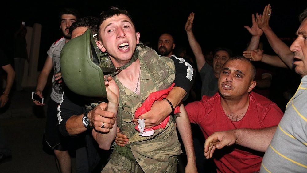 Ankara, 2016. július 16. Lefegyverezett török katona a török rádiós és televíziós társaság (TRT) ankarai épületénél 2016. július 16-án. Az éjjel folyamán a török hadsereg egy része kísérletet tett a kormány megdöntésére, ám a katonai puccskísérlet kudarcot vallott. Több mint kétszázan meghaltak, és ezerötszázan megsérültek. (MTI/Anadolu Agency/Cem Özdel)