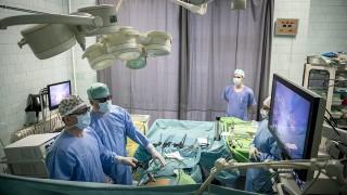 Pécs, 2016. január 15.Orvosok háromdimenziós laparoszkópiás műtétet végeznek a Pécsi Tudományegyetem Urológia Klinikáján 2016. január 15-én. A régióban 2015 decembere óta használják ezt az új technológiát, amely az urológusok számára megkönnyíti a műtéti tájékozódást, így komplexebb beavatkozások biztonságos elvégzése válik lehetővé.MTI Fotó: Sóki Tamás