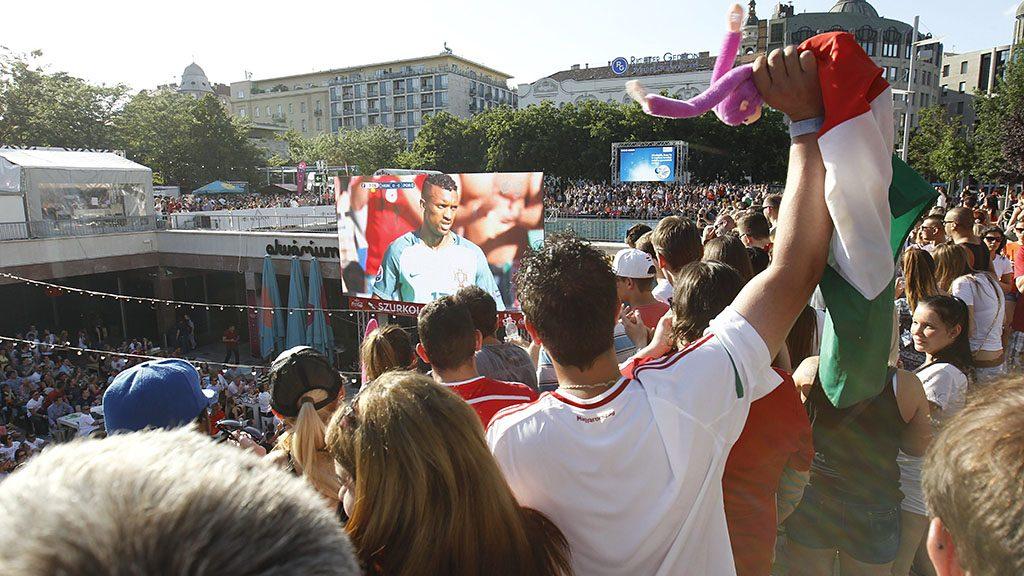Budapest, 2016. június 22.Kivetítőn nézik a szurkolók a franciaországi labdarúgó Európa-bajnokság F csoportja harmadik fordulójában játszott Magyarország - Portugália mérkőzést a budapesti Gödörben 2016. június 22-én.MTI Fotó: Szigetváry Zsolt