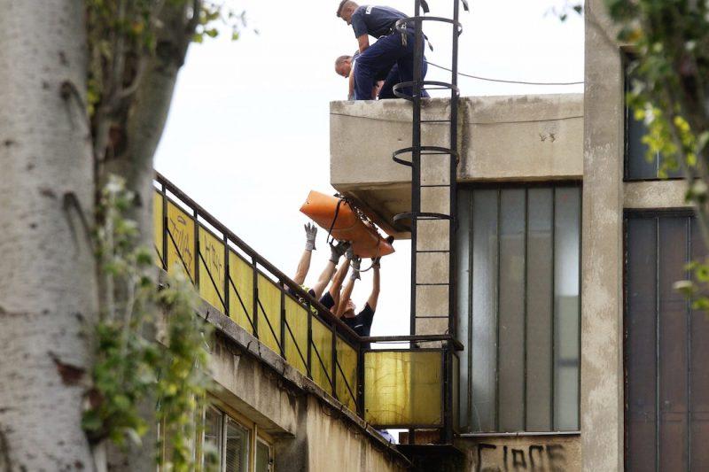 Budapest, 2016. július 6. Rendőrök és katasztrófavédők viszik le a Ligetvédők nevű civil mozgalom egyik aktivistáját az egyik épület tetejéről a városligeti Hungexpo irodaházaknál 2016. július 6-án. Az épületek bontását megkezdték, a hatóságok kiürítették a Liget Budapest projekt ellen tiltakozó aktivisták által elfoglalt területet. MTI Fotó: Balogh Zoltán