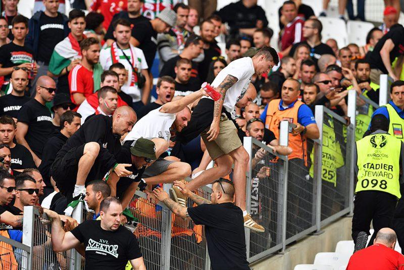 Marseille, 2016. június 18.Magyar szurkolók átmásznak a kerítésen a franciaországi labdarúgó Európa-bajnokság F csoportjában játszott Izland-Magyarország mérkőzés előtt a marseille-i Velodrome Stadionban 2016. június 18-án. (MTI/EPA/Peter Powell)