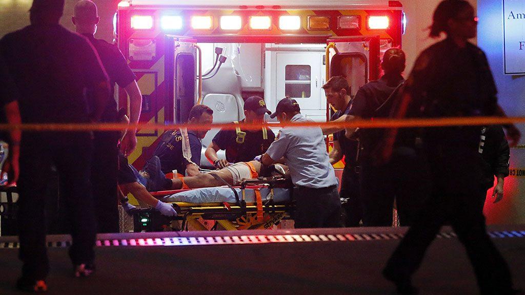 Dallas, 2016. július 8.Sebesültet hoznak mentőautóval a texasi Dallas egyik kórházához, miután két férfi tüzet nyitott az amerikai rendőri túlkapások elleni tüntetést biztosító rendőrökre Dallasban 2016. július 7-én éjjel. A zavargásba torkollt tiltakozáson négy rendőrt agyonlőttek, hetet pedig megsebesítettek. Július 5-én a louisianai Baton Rouge-ban, majd két nappal később a minnesotai Falcon Heightsban rendőrök intézkedés közben lelőttek egy fegyvertelen férfit. A lelőtt férfiak mindkét esetben afroamerikaiak, a rendőrök fehérek voltak. (MTI/AP/Tony Gutierrez)