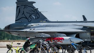 Kecskemét, 2016. május 27.A NATO Tiger Meet elnevezésű nemzetközi repülőharcászati gyakorlatáról, Spanyolországból hazaérkező Gripen a kecskeméti repülőbázison 2016. május 27-én. A gyakorlaton a Magyar Honvédség öt Gripennel és ötven katonával vett részt.MTI Fotó: Ujvári Sándor