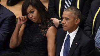 Dallas, 2016. július 12. Barack Obama amerikai elnök, és neje, Michelle Obama a lesbõl meggyilkolt rendõrök tiszteletére tartott megemlékezésen Dallasban 2016. július 12-én. Öt nappal korábban egy orvlövész társasival fehér rendõrökre nyitott tüzet és ötöt megölt, hetet pedig megsebesített, amikor a rendõrök egy feketék elleni rendõri túlkapások miatt rendezett tüntetést biztosítottak. (MTI/AP/Susan Walsh)
