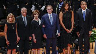 Dallas, 2016. július 12. Barack Obama amerikai elnök, és neje, Michelle Obama, George W. Bush volt amerikai elnök és neje, Laura Bush, valamint Joe Biden alelnök és felesége, Jill Biden (j-b) a lesbõl meggyilkolt rendõrök tiszteletére tartott megemlékezésen Dallasban 2016. július 12-én. Öt nappal korábban egy orvlövész társasival fehér rendõrökre nyitott tüzet és ötöt megölt, hetet pedig megsebesített, amikor a rendõrök egy feketék elleni rendõri túlkapások miatt rendezett tüntetést biztosítottak. (MTI/EPA/Larry W. Smith)