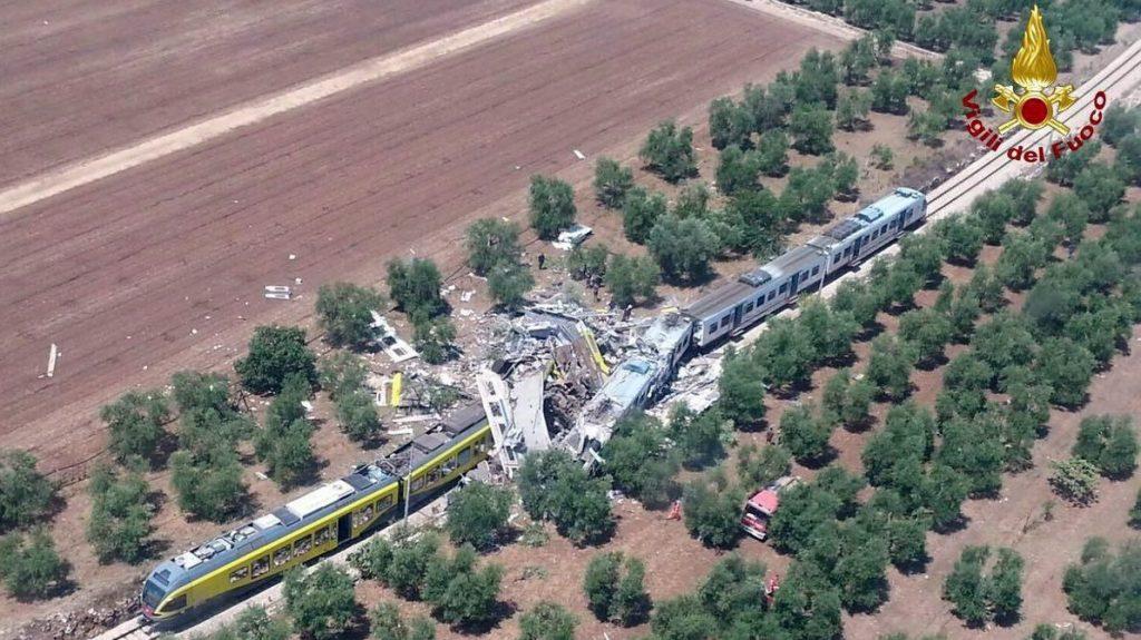 Bari, 2016. július 12. Az olasz tûzoltóság által közreadott légi felvétel egy vonatbalesetrõl a dél-olaszországi Bari közelében 2016. július 12-én, miután két személyszállító vonat összeütközött a Ruvo di Puglia és Corato közötti vonalon. A szerencsétlenségben legkevesebb tíz ember életét vesztette, több tucatnyian megsérültek. (MTI/EPA/Olasz tûzoltóság)