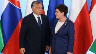 Varsó, 2016. július 21. Beata Szydlo lengyel kormányfõ (j) Orbán Viktor miniszterelnököt üdvözli a visegrádi országok miniszterelnökeinek találkozója elõtt Varsóban 2016. július 21-én. Csehország, Lengyelország, Magyarország és Szlovákia vezetõi többek között a brit népszavazás utáni európai helyzetrõl és az Európai Unió lehetséges megreformálásáról egyeztetnek. (MTI/EPA/Pavel Supernak)