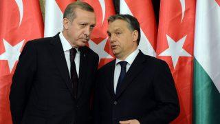 Budapest, 2013. február 5. Recep Tayyip Erdogan török miniszterelnök (b) és Orbán Viktor kormányfõ (j) sajtótájékoztatójuk elõtt a Parlament Delegációs termében, 2013. február 5-én. MTI Fotó: Kovács Tamás