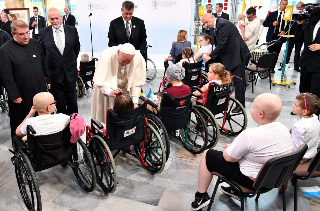 Krakkó, 2016. július 29. Ferenc pápa megáld egy gyermeket, amikor látogatást tesz a krakkói gyermekklinikán 2016. január 29-én, ötnapos lengyelországi zarándoklatának harmadik napján. A római katolikus egyházfõ a krakkói katolikus Ifjúsági Világtalálkozó alkalmából látogatott Lengyelországba. (MTI/EPA/Maciek Kulczynski)