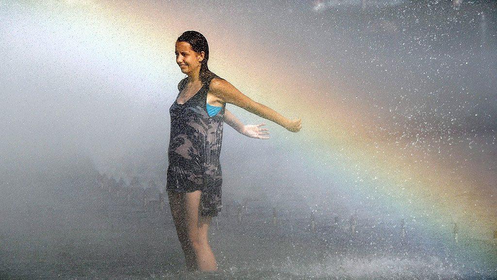 Varsó, 2013. július 29.Nő hűsíti magát egy varsói szökőkútban 2013. július 29-én. A lengyel fővárosban napok óta 36 Celsius fokot meghaladó hőmérséklet uralkodik. (MTI/EPA/Grzegorz Jakubowski)
