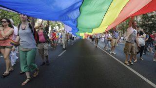 Budapest, 2013. július 6. Résztvevõk szivárványszínû zászlóval a 18. Budapest Pride, a leszbikus, meleg, biszexuális, transznemû és queer (LMBTQ) közösség fesztiváljának felvonulásán az Andrássy úton 2013. július 6-án. MTI Fotó: Földi Imre
