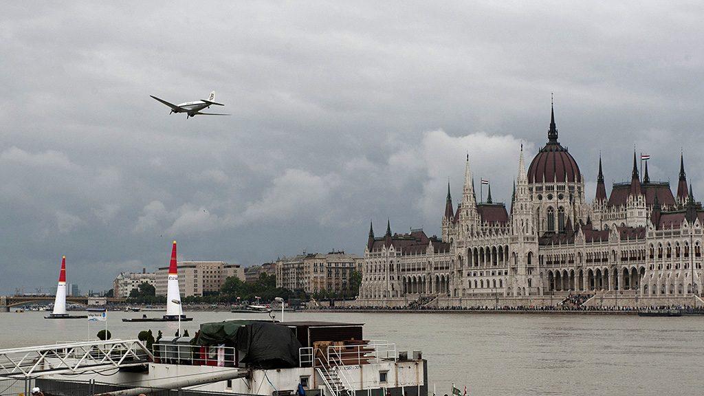 Budapest, 2016. július 17.Egy DC-3 típusú veterán utasszállító gép repül a Duna felett, a Parlament előtt a Red Bull Air Race betétprogramjaként Budapesten 2016. július 17-én.MTI Fotó: Lakatos Péter