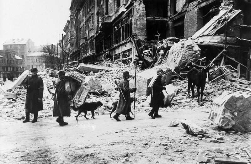 (GERMANY OUT) Budapest:Soldaten der roten Armee nach derBefreiung der Stadt vor einem zerst?rtenGeb?ude- Januar 1945Fotograf: Jewgeni Chaldej (Photo by Voller Ernst/ullstein bild via Getty Images)