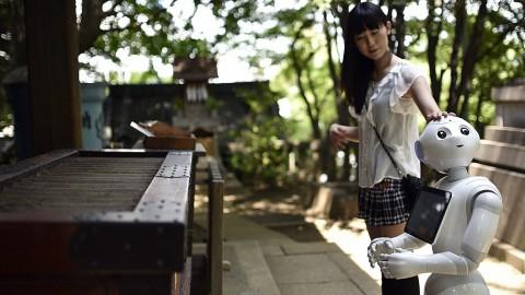 Tokió, 2016. július 4.A 2016. július 4-én közreadott képen a japán Ota Tomomi megérinti humanoid robotját egy tokiói imahelyen június 26-án. A 120 centiméter magas, 28 kilogramm súlyú, Pepper nevű modellt a japán SoftBank távközlési konszern fejlesztette ki 2014-ben, amelyből tíz darabot a vállalat a termék népszerűsítése céljából az egyik tokiói üzletében személyzetként használt 2016. márciusában, és amelyet magánszemélyek is megrendelhetnek, illetve igény szerint beprogramozhatnak. Pepper a világ első olyan robotja, amely képes az emberek érzelmi reakcióinak és testbeszédének olvasására. (MTI/EPA/Franck Robichon)