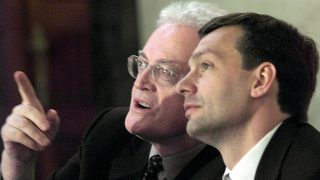 le Premier ministre français Lionel Jospin (G) discute avec le Premier ministre hongrois Viktor Orban avant leur conférence de presse commune, lors de la 2e journée de sa visite officielle en Hongrie, le 04 mai 2000 à Budapest.  (IMAGE ELECTRONIQUE)    French Prime Minister Lionel Jospin (L) looks around at the painted room during his joint press conference with his Hungarian counterpart Viktor Orban 04 May 2000 in the parliament building in Budapes. Jospin is on the last day of a two-day visit to Hungary. / AFP PHOTO / THOMAS COEX