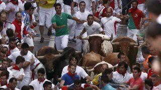 Pamplona, 2016. július 11. Résztvevõk futnak az õket üldözõ bikák elõtt a San Fermín fesztivál ötödik bikafuttatásán Pamplonában 2016. július 11-én. A spanyol város védõszentjének tiszteletére 1591 óta évente megrendezett kilencnapos fiesta egyik fõ attrakciója a reggelenkénti bikafuttatás, amelynek során férfiak százai teszik próbára bátorságukat azzal, hogy az arénába hajtott állatok elõtt végigszaladnak Pamplona utcáin. (MTI/EPA/Javier Lizon)