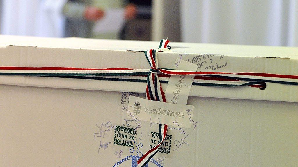 Budapest, 2015. május 17.Lepecsételt szavazóurna a Normafa helyreállításáról tartott helyi népszavazáson a XII. kerületi 53. szavazókörben, a Zugligeti úti Általános Iskolában 2015. május 17-én. A voksolásra jogosult 47 ezer 913 lakos egy nyolc alpontból álló önkormányzati határozatról mondhat véleményt, a népszavazás reggel 6-tól este 7 óráig tart.MTI Fotó: Kovács Tamás