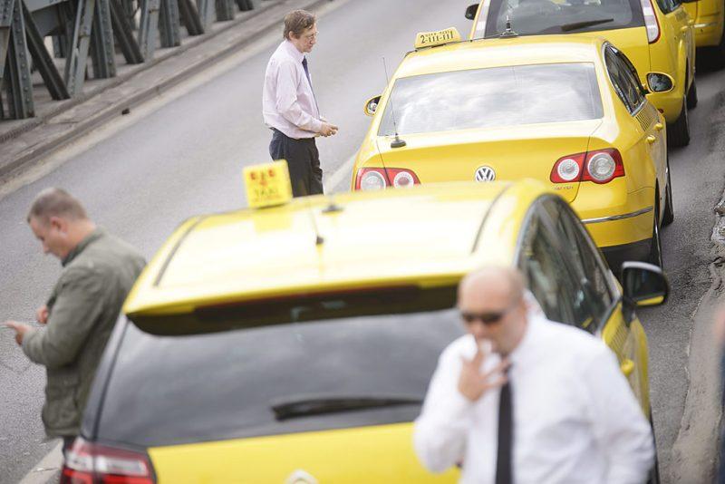 Budapest, 2016. május 3.A demonstráló taxisok a Lánchídon 2016. május 3-án. A taxisok az Uber közösségi személyszállító szolgáltatás ellen tiltakoznak vonulásos demonstrációjukkal a belvárosban.MTI Fotó: Balogh Zoltán