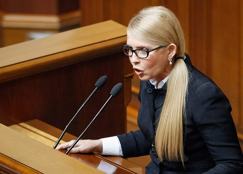 Kijev, 2016. március 29.Julija Timosenko, az ukrán Haza (Batykivscsina) párt elnöke a kijevi parlamentben 2016.március 29-én, a három ukrán parlamenti frakciónak az új kormánykoalíció megalakítására irányuló tárgyalásán. A Haza párt, illetve a Petro Porosenko ukrán elnök mögötti frakció, a Jurij Lucenko volt ukrán belügyminiszter vezette Petro Porosenko Blokja, és az Arszenyij Jacenyuk miniszterelnök vezette Népi Front annak érdekében kezdett zárt ajtók mögötti tárgyalásokat, hogy új koalíciós megállapodással és új miniszterelnök kinevezésével állítsák helyre a kormányzóképes többséget, s ezzel megoldják az Ukrajnában hetek óta tartó kormányválságot. (MTI/EPA/Roman Pilipey)