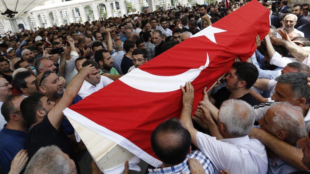 Isztambul, 2016. július 17. Gyászolók a puccskísérlet egyik áldozatának koporsóját viszik a Fatih mecsetben tartott temetési szertartáson Isztambulban 2016. július 17-én. A török hadsereg egy része július 15-én megkísérelte átvenni a hatalmat, és összecsapásokat folytatott a rendõrséggel Ankarában és Isztambulban. A Recep Tayyip Erdogan elnök ellen lázadó katonák államcsínykísérletét meghiúsították. Az összecsapásokban legalább 265-en vesztették életüket, köztük 104 puccsista és 161 civil. Több mint 1440-en megsebesültek. (MTI/EPA/Sedat Suna)