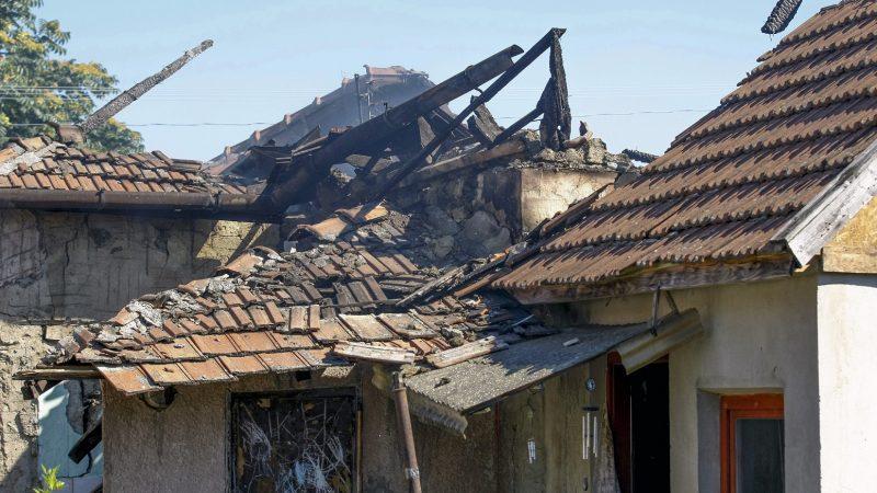 Törökszentmiklós, 2016. július 4. Kiégett családi ház a törökszentmiklósi Nefelejcs utcában 2016. július 4-én. A száz négyzetméteres családi ház teljes terjedelmében égett. Az épületbõl egy sérült embert a tûzoltás megkezdésekor kihoztak, õt a mentõk kórházba vitték. Ugyanekkor egy elhunyt embert is találtak az égõ épületben, majd a tûz eloltását követõen, az épület romjainak átvizsgálásakor három másik holttestet találtak. MTI Fotó: Bugány János