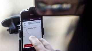 Budapest, 2015. március 22.Az Uber közösségitaxi-szolgáltatás egyik sofőrje elindul utasával Budapesten 2015. március 21-én. Az Uber ellen mintegy ötven taxis demonstrált március 19-én Budapesten.MTI Fotó: Szigetváry Zsolt