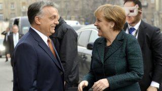 Budapest, 2015. február 2.Orbán Viktor miniszterelnök fogadja a hivatalos látogatáson Budapesten tartózkodó Angela Merkel német kancellárt a Parlament főlépcsőjénél 2015. február 2-án.MTI Fotó: Illyés Tibor