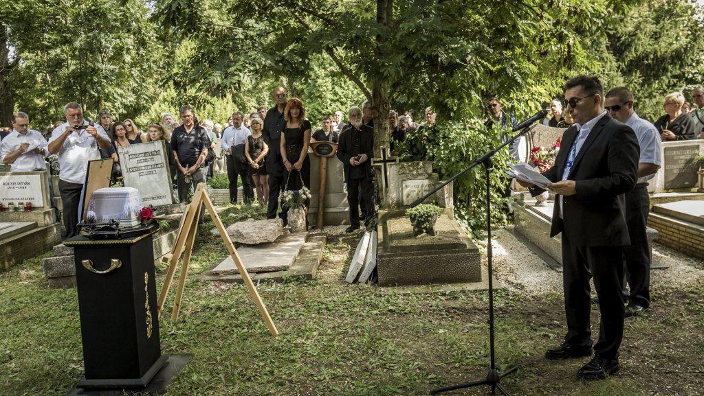 Budapest, 2016. augusztus 17. Csupó Attila zenész beszédet mond Laux József temetésén az Óbudai temetõben 2016. augusztus 17-én. Az Omega és LGT együttesek egykori dobosa 73 éves korában, augusztus 6-án hunyt el. MTI Fotó: Szigetváry Zsolt