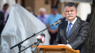 Szobrot állítottak Mádl Ferencnek szülőfalujában