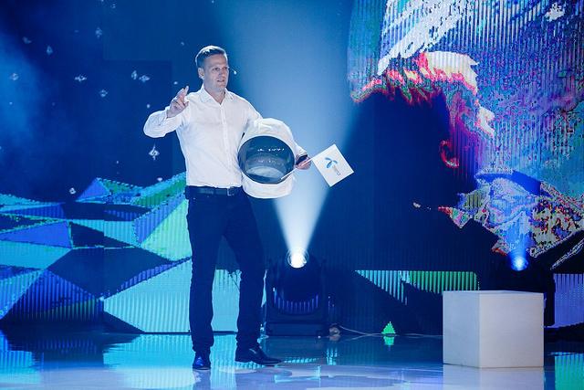 Christopher Laska, a Telenor Magyarország néhány héttel ezelőtti ügyfélpartiján asztronautaként érkezett a színpadra
