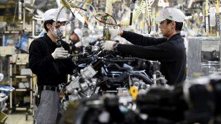 Employees work at the main assembly line of V6 engines at Iwaki Plant of Japan's Nissan Motor in Iwaki, Fukushima prefecture, on April 5, 2016.  The Iwaki plant is the main engine factory of the Japanese auto maker. / AFP PHOTO / TORU YAMANAKA