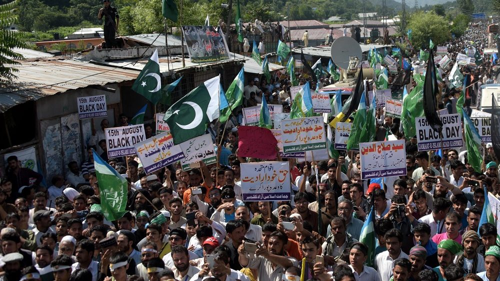 Supporters of Pakistan's Islamist party Jamaat-e-Islami (JI) shout anti-India slogans during a rally to show solidarity with Muslims in Indian-administered Kashmir near the Line of Control in Chakothi, about 60 km south of Muzffarabad, the capital of Pakistan-administrated Kashmir on August 15, 2016. / AFP PHOTO / SAJJAD QAYYUM