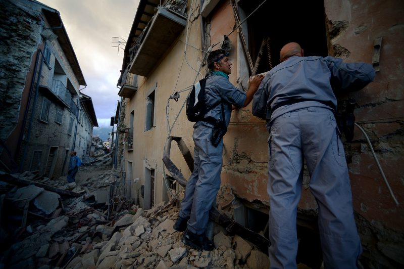 Rescuers search for victims in the rubble after a strong heartquake hit Amatrice on August 24, 2016 Central Italy was struck by a powerful, 6.2-magnitude earthquake in the early hours, which has killed at least three people and devastated dozens of mountain villages. Numerous buildings had collapsed in communities close to the epicenter of the quake near the town of Norcia in the region of Umbria, witnesses told Italian media, with an increase in the death toll highly likely. / AFP PHOTO / FILIPPO MONTEFORTE