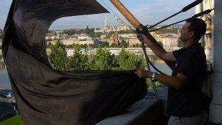 Budapest, 2006. augusztus 25.Gyászlobogót tűznek ki a Parlament épületére az augusztus 20-i tűzijáték idején kitört vihar alatt életét vesztett öt emberre és több száz sérültre emlékeztetve.MTI Fotó: Honéczy Barnabás