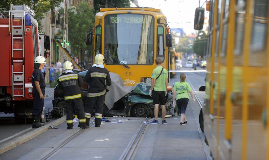Budapest, 2016. augusztus 5. Összetört személygépkocsi a villamossíneken a XIV. kerületben, az Erzsébet királyné útján 2016. augusztus 5-én. Az autó a 62A villamossal ütközött, benne egy 20-30 év körüli férfi és egy nő ült. A férfi a helyszínen meghalt, a nő életéért küzdenek a mentők. MTI Fotó: Mihádák Zoltán
