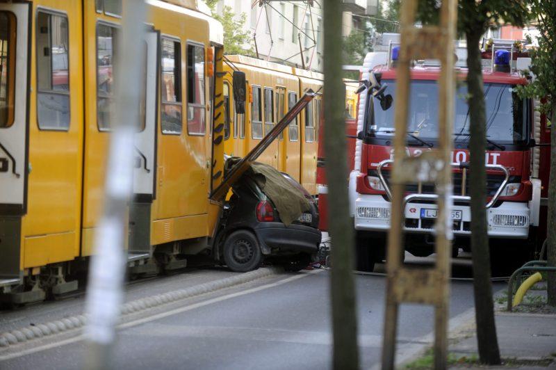 Budapest, 2016. augusztus 5. Összetört személygépkocsi a villamossíneken a XIV. kerületben, az Erzsébet királyné útján 2016. augusztus 5-én. Az autó a 62A villamossal ütközött, benne egy 20-30 év körüli férfi és egy nõ ült. A férfi a helyszínen meghalt, a nõ életéért küzdenek a mentõk. MTI Fotó: Mihádák Zoltán