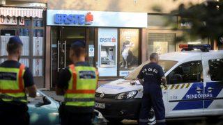 Budapest, 2016. augusztus 18. Rendõrök helyszínelnek az Erste Bank fiókjánál a fõváros X. kerületében a Kõrösi Csoma sétányon, amelyet egy férfi kirabolt 2016. augusztus 18-án. Az elkövetõ feltehetõleg fegyverrel megfenyegette az ott dolgozó alkalmazottat és a várakozó ügyfeleket. A bank munkatársa a fenyegetés hatására pénzt adott át, ezután a rabló elmenekült a helyszínrõl. MTI Fotó: Mihádák Zoltán