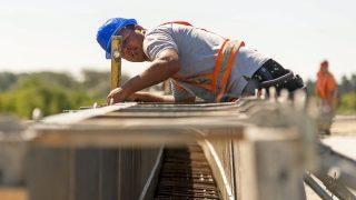 Gyõr, 2016. augusztus 2. Egy munkás dolgozik a pályaszerkezet építésén a Gyõrt keletrõl elkerülõ 813-as fõút építésének második ütemén a város határában 2016. augusztus 2-án. A második ütemben épülõ útszakasz 3,329 milliárd forintból 2016 végére készül el, hossza 3,8 kilométer és kétszer egysávos lesz, három körforgalmat és egy felüljárót foglal magába. A beruházó Nemzeti Infrastruktúrafejlesztõ Zrt. (NIF Zrt.) tájékoztatása szerint a teljes, 13,4 kilométer hosszú, Gyõrt elkerülõ út 2017 év végére fog elkészülni, amely összeköti az M1-es autópályát a 14-es úttal. MTI Fotó: Krizsán Csaba