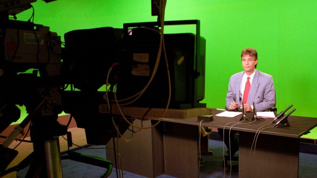 Siklós András műsorvezető a Híradó stúdiójában 1995. április 25-én. MTI-fotó
