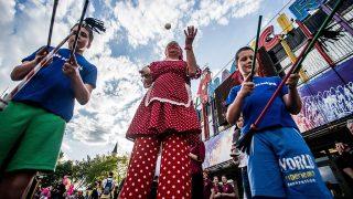 Budapest, 2016. április 16.Zsonglőrök a cirkuszi világnap alkalmából tartott rendezvényen a Fővárosi Nagycirkusz előtt 2016. április 16-án.MTI Fotó: Balogh Zoltán