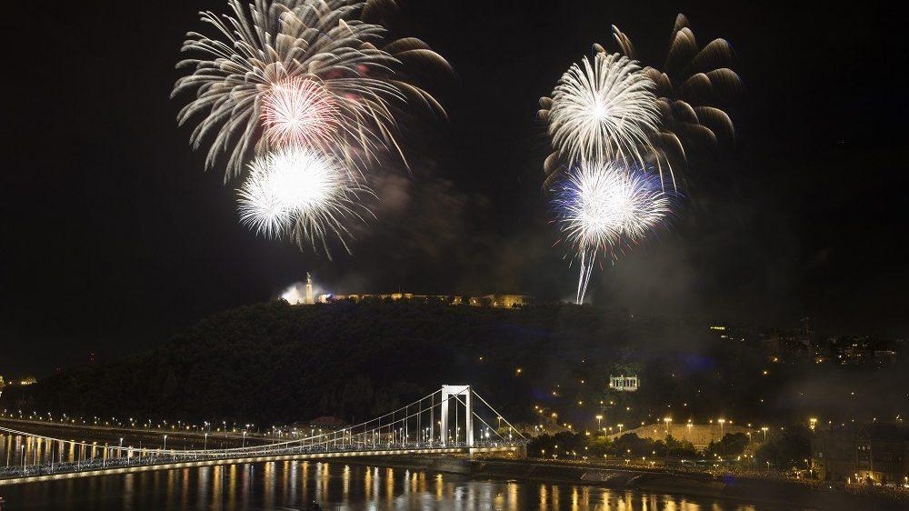 Budapest, 2015. augusztus 20. Ünnepi tûzijáték a Duna felett Budapesten 2015. augusztus 20-án. MTI Fotó: Koszticsák Szilárd