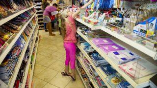 Gyál, 2015. augusztus 27. Valter Molly édesanyjával a szeptemberi tanévkezdéshez vásárol a gyáli Kreatív és Papírboltban 2015. augusztus 27-én. MTI Fotó: Koszticsák Szilárd