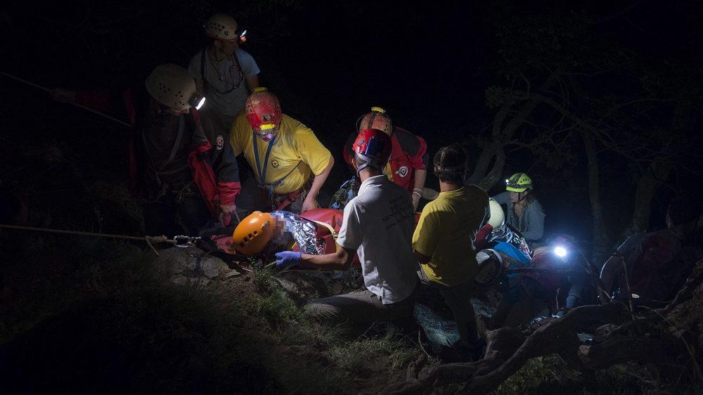 Dömös, 2016. augusztus 17.  Egy súlyosan sérült nõ mentését végzik a Komárom-Esztergom megyei Vadálló-köveknél 2016. augusztus 16-án este. A Dömöstõl mintegy öt kilométerre történt balestben a túrázó a mélybe zuhant, ahonnan a barlangi mentõk speciális hegyimentõ-hordágyon hozták fel. MTI Fotó: Kovács Márton