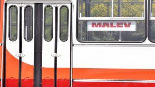 Budapest, 2016. július 5. Az egykori Malév színeire festett, eredeti állapotára felújított Ikarus 280-as autóbusz Budapesten 2016. július 5-én. A buszt a dél-pesti autóbuszgarázsban újítottak fel nosztalgiautazásra. MTI Fotó: Máthé Zoltán