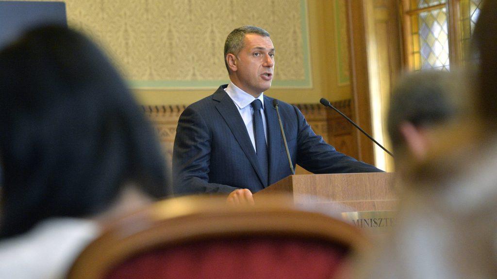 Budapest, 2016. augusztus 25. Lázár János, a Miniszterelnökséget vezetõ miniszter szokásos heti sajtótájékoztatóját tartja az Országházban 2016. augusztus 25-én. MTI Fotó: Máthé Zoltán