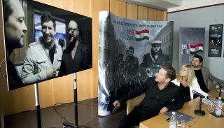 Budapest, 2016. augusztus 24. Vastag Csaba, a dal egyik énekese és producere, Schmidt Mária, a múzeum igazgatója, az emlékév kormánybiztosa és Szabó Zoltán, a produkció zenei asszisztense (b-j) az 1956-os emlékév Egy szabad országért címû dala videoklipjének bemutatóján a Terror Háza Múzeumban 2016. augusztus 24-én. A kivetítõn jobbról a dalt jegyzõ Desmond Child magyar származású amerikai énekes, producer, dalszövegíró. MTI Fotó: Koszticsák Szilárd