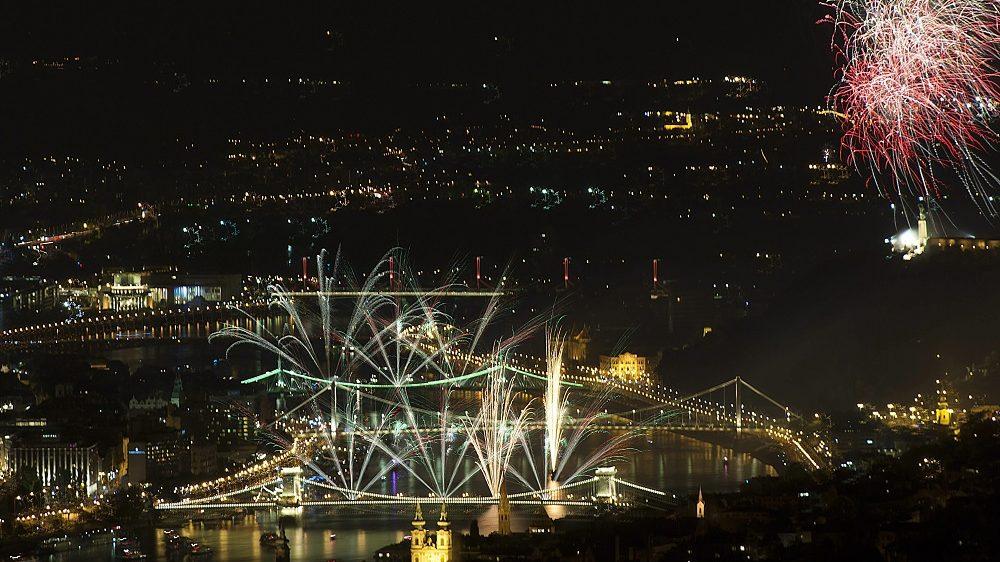 Budapest, 2015. augusztus 20. Ünnepi tûzijáték a Duna felett Budapesten 2015. augusztus 20-án. MTI Fotó: Lakatos Péter