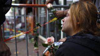 Rouen, 2016. augusztus 6. Egy nõ áll virággal a kezében a nyugat-franciaországi Rouen egyik bárja elõtt 2016. augusztus 6-án, miután egy születésnapi mulatságon tûz ütött ki a szórakozóhelyiségben, amelynek következtében legkevesebb tizenhárman meghaltak és hatan megsebesültek, egyikük állapota válságos. (MTI/AP/Kamil Zihnioglu)