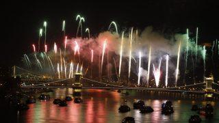 Budapest, 2016. augusztus 20. Ünnepi tûzijáték a Duna felett Budapesten 2016. augusztus 20-án, a nemzeti ünnepen. MTI Fotó: Szigetváry Zsolt