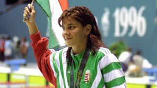 Atlanta, 1996. július 25.A 200 méteres hátúszásban olimpiai bajnok Egerszegi Krisztina az aranyéremmel, az eredményhirdetés után a XXVI. Nyári Olimpián. MTI Fotó: Földi Imre